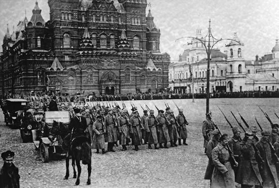 赤の広場を行進するボリシェヴィキ軍