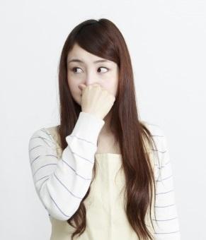 女性 鼻をつまむ