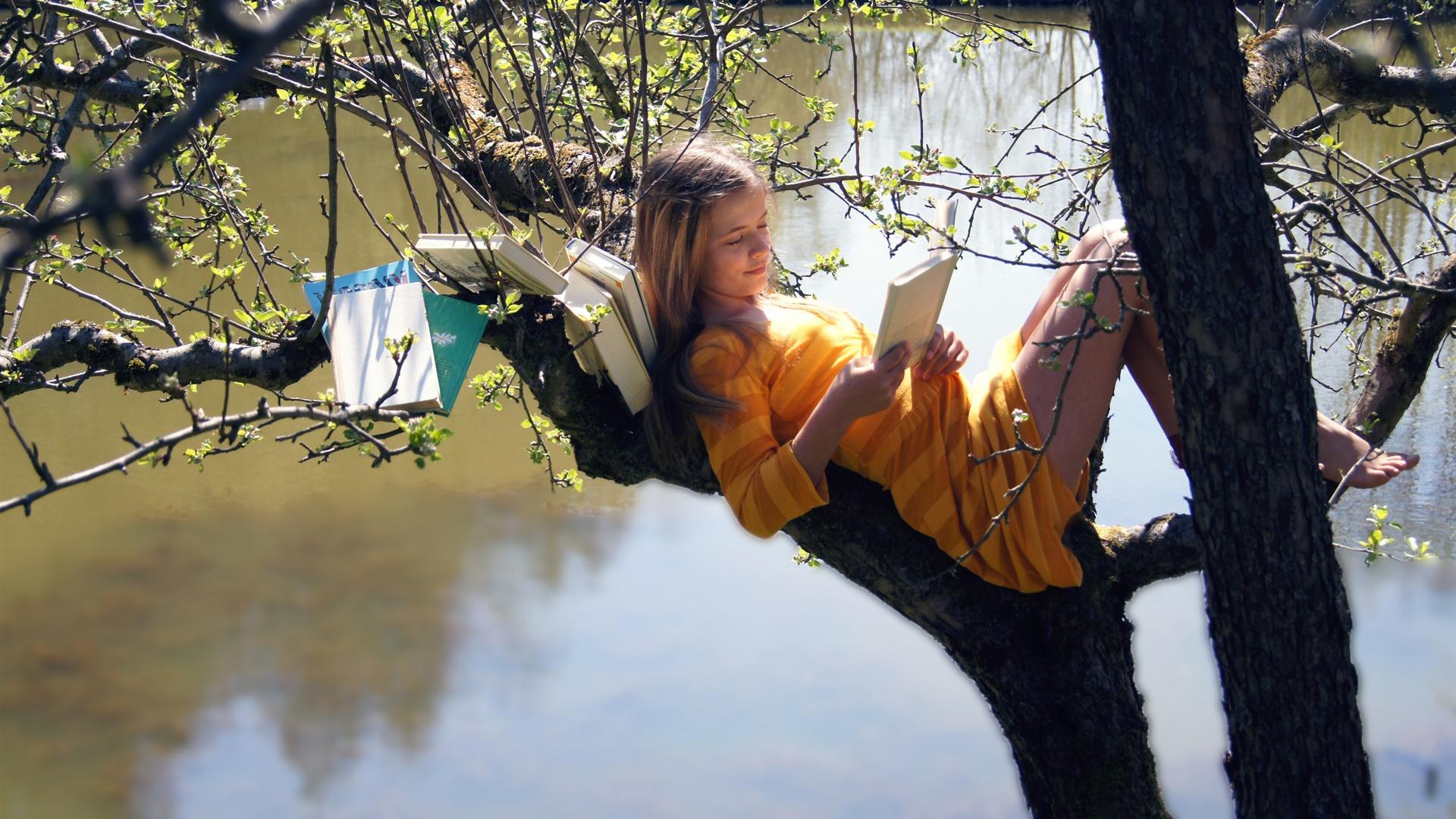 読書 女の子 木の上 1