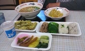超群と尾道ラ―メンセットと山菜の天ぷらとおにぎりと漬物と。