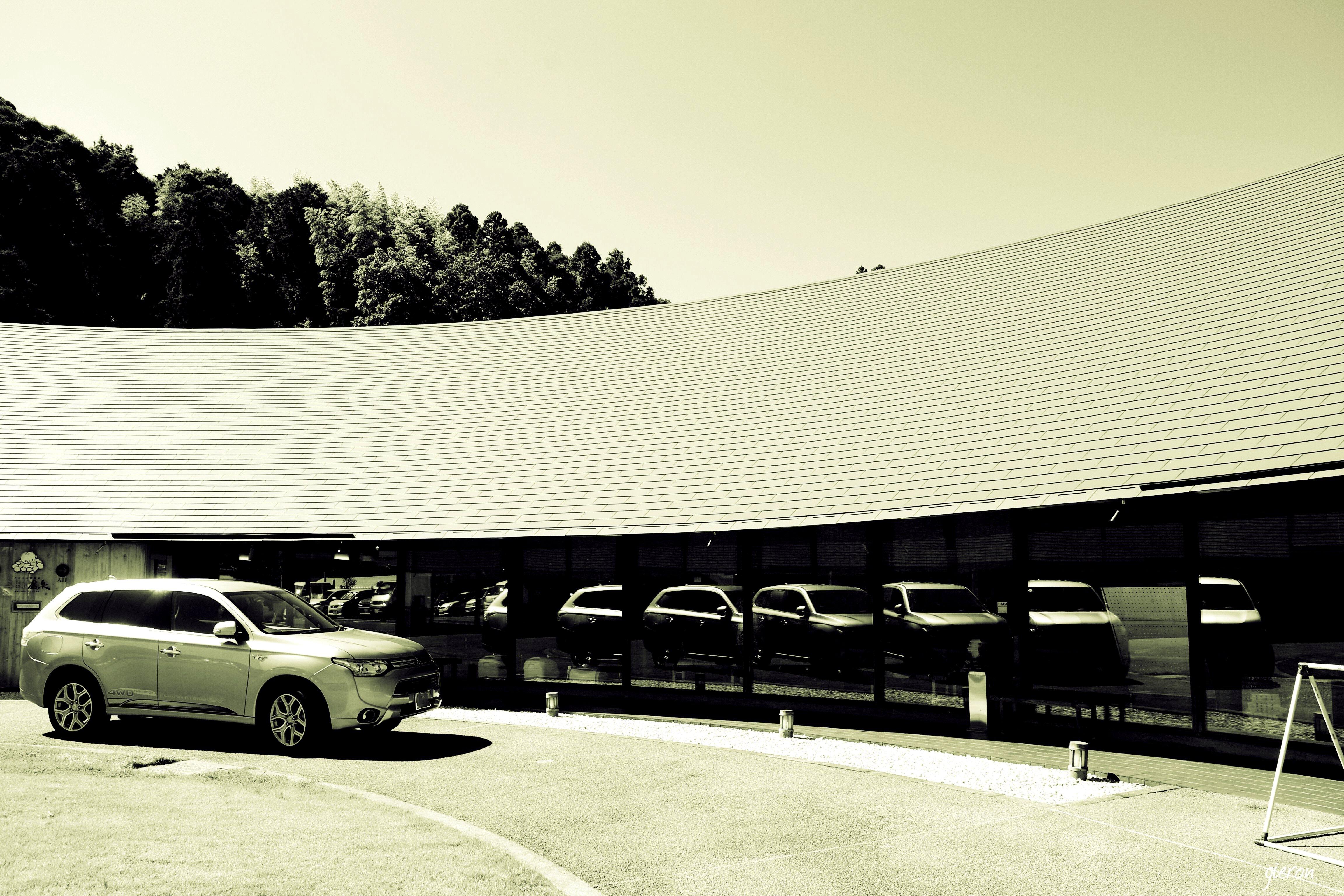 クルマの撮影スポット 多数のクルマが窓に映る 牧之原 子生まれ会館