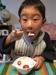ポレポレ苺の凍りいちごをトッピングしたバニラアイスを食べる男の子