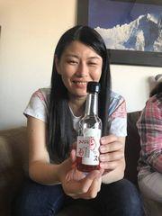 【写真】苺ッスのビンを持ってほろよい顔の友人