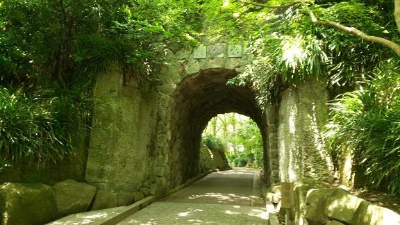文学館へのトンネル