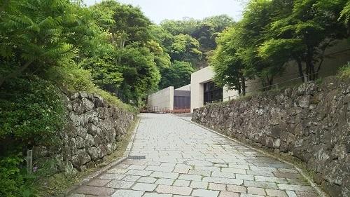 入口への坂道