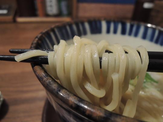 濃厚鳥白湯ラーメンの麺
