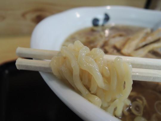 海老ワンタンメン(正油)の麺