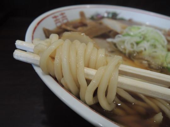 醤油らーめん(中)の麺