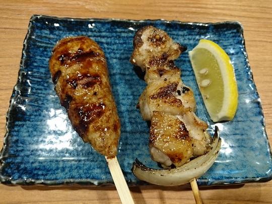 串「自慢のつくねタレ」(194.4円)+「純和赤鶏もも焼岩塩」(194.4円)
