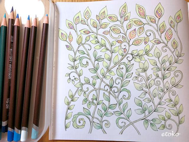 カラフルな葉をつけた枝のような植物のみを塗り終えたところ