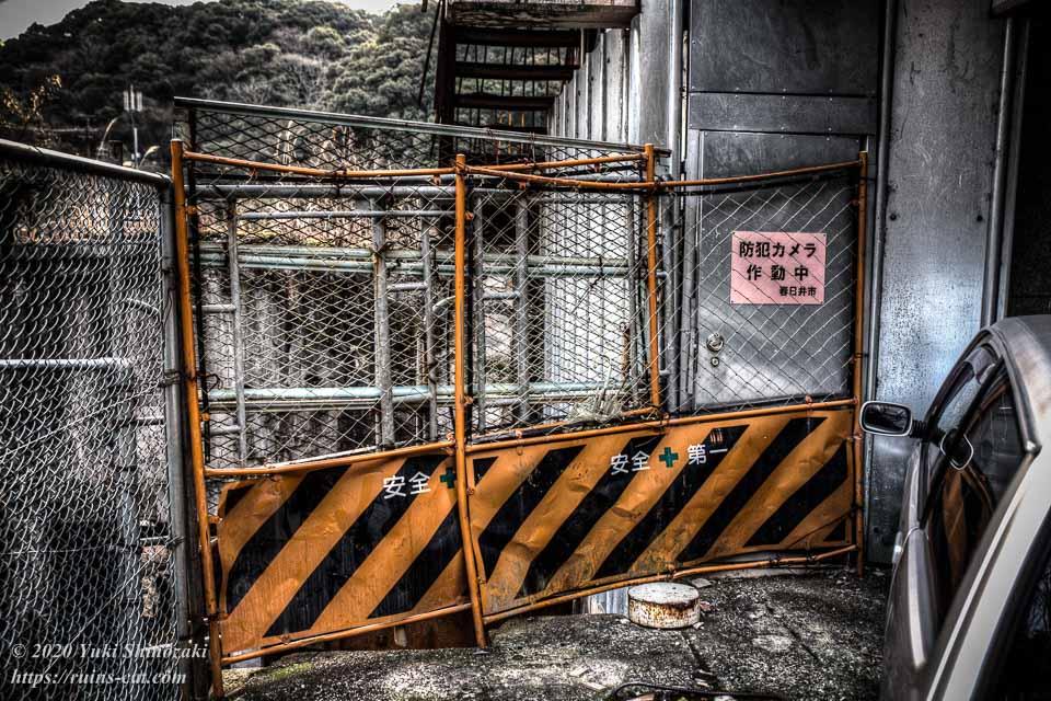 入り口脇のフェンス