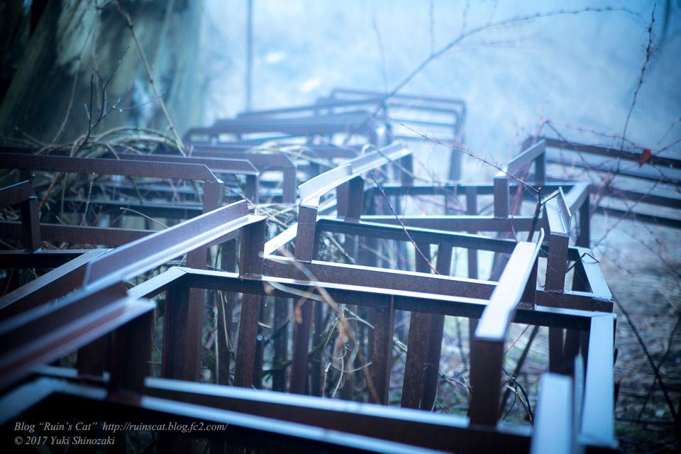 【廃墟】萬治キノコ牧場_野外の設備の多くは鉄の骨組みのみが残る