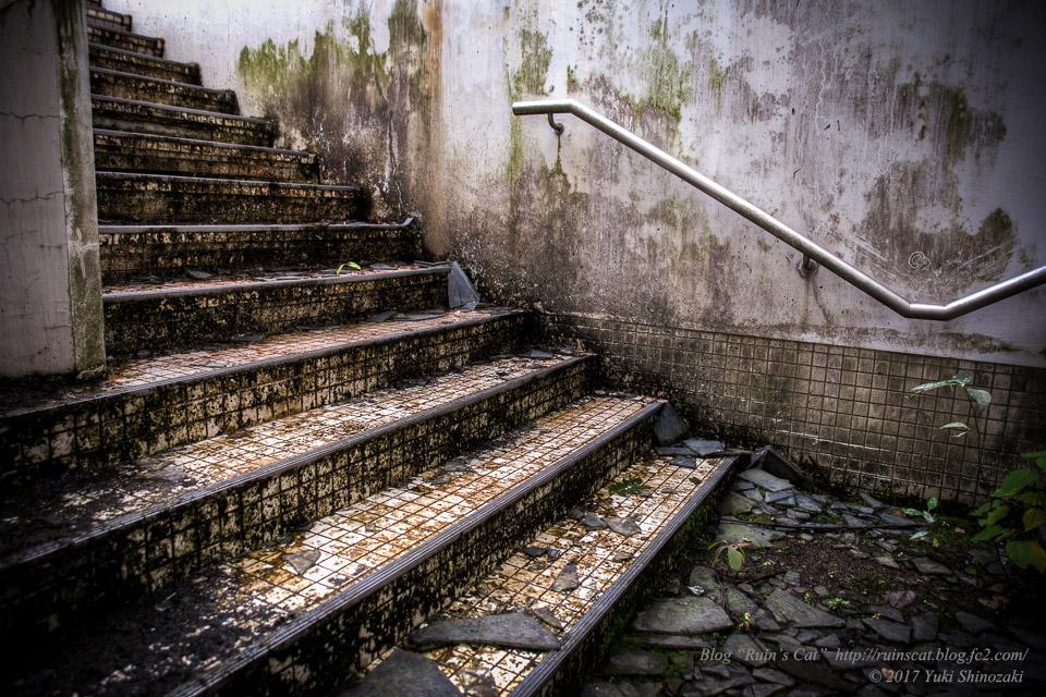 【廃墟】スパガーデン 湯~とぴあ(スパリゾート大鰐)_男女合流部階段(腰洗い)