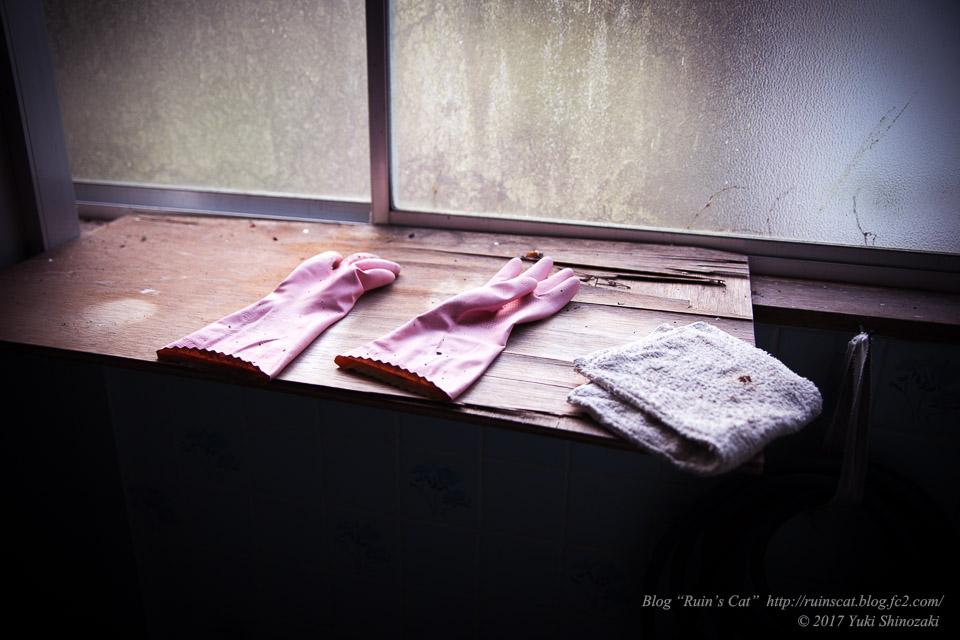 【廃墟】指宿ソーイング_ゴム手袋と雑巾