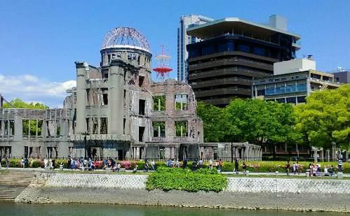 原爆ドームと折り鶴タワー