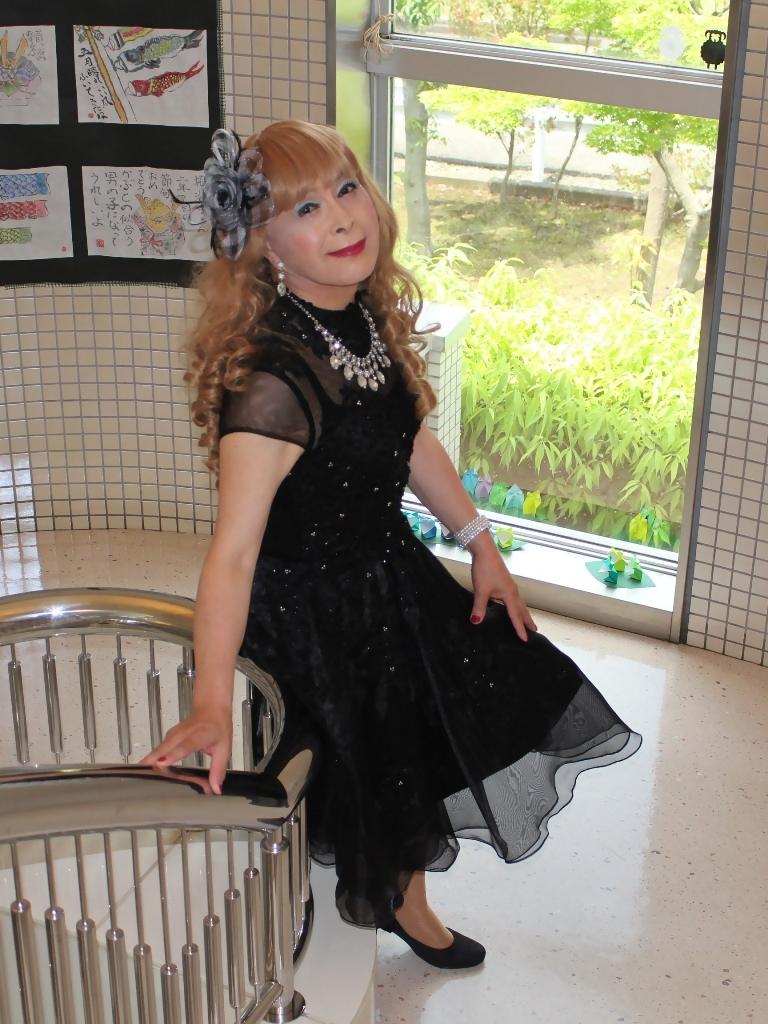 黒ショートドレス階段(4)