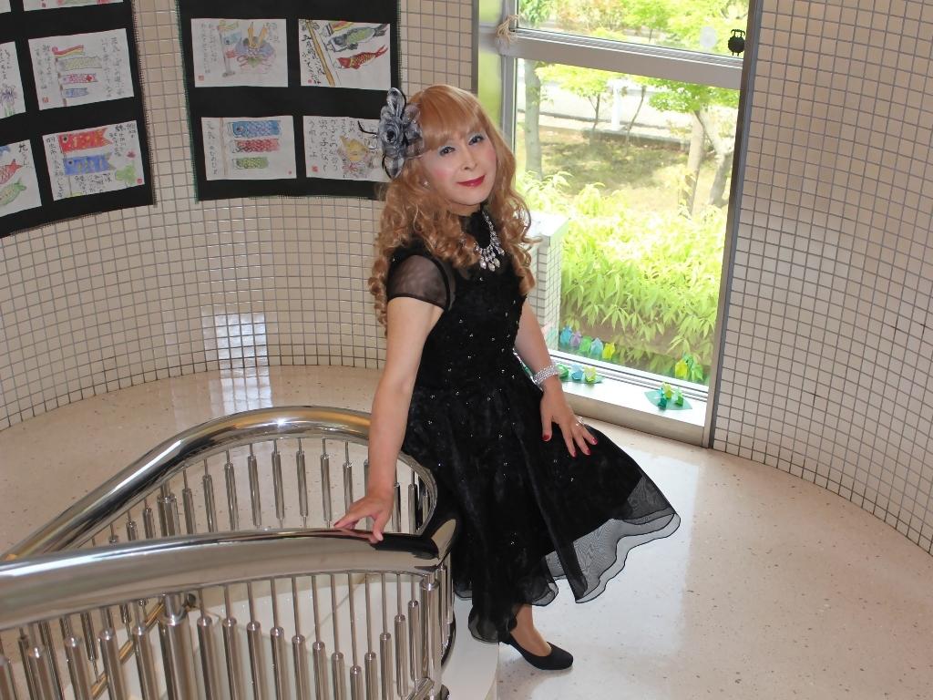 黒ショートドレス階段(9)