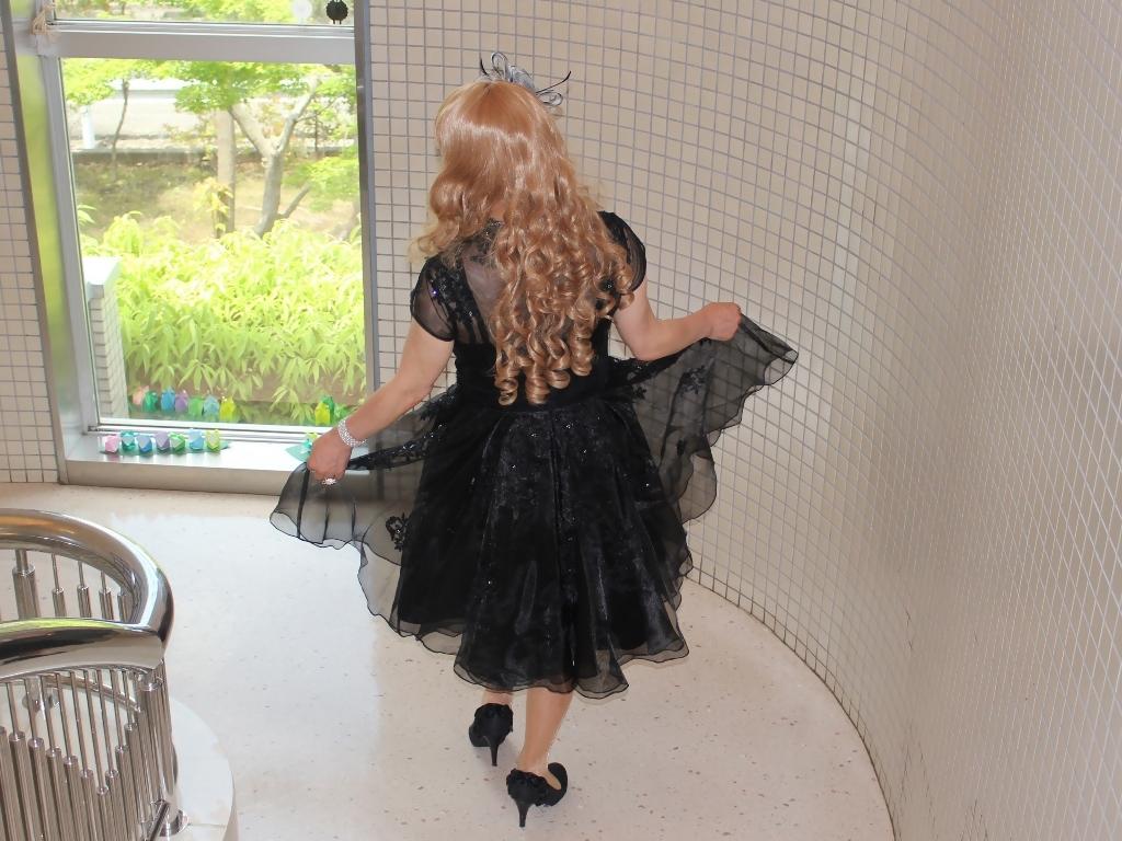 黒ショートドレス階段(7)