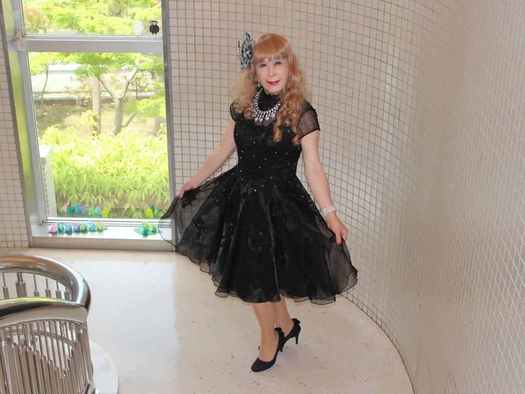 黒ショートドレス階段(6)