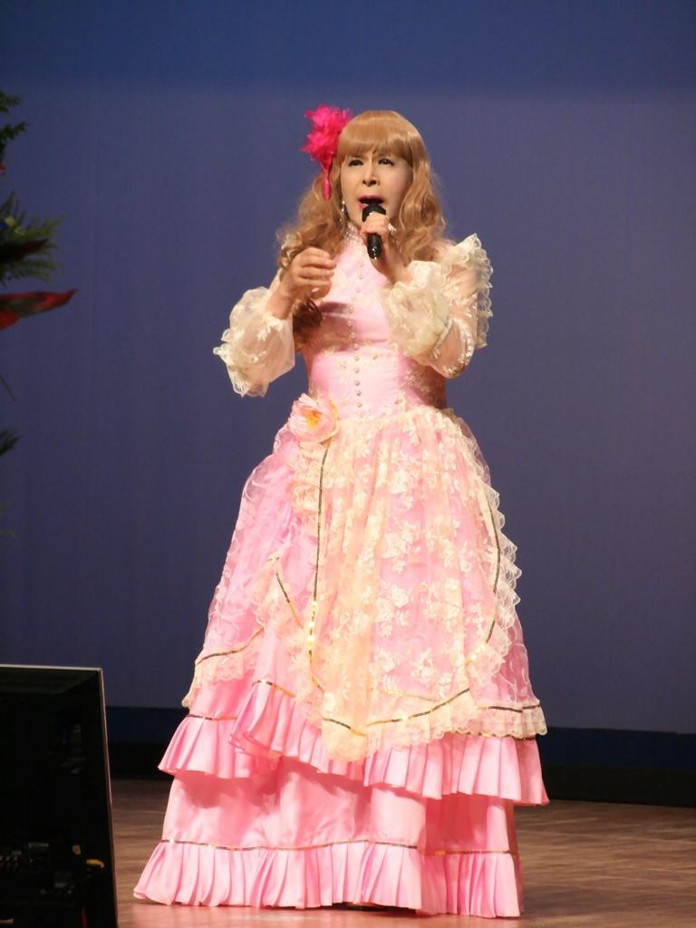 ピンククラシックドレス舞台縦写真A(1)