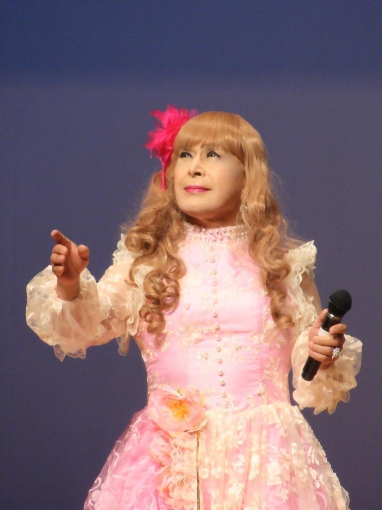 ピンククラシックドレス舞台縦写真A(8)