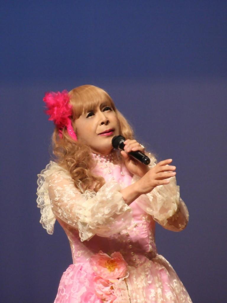 ピンククラシックドレス舞台縦写真A(10)
