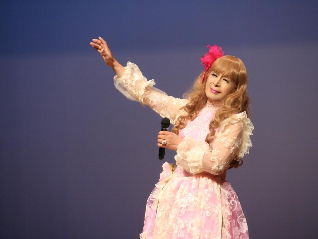 ピンククラシックドレス舞台横写真(3)