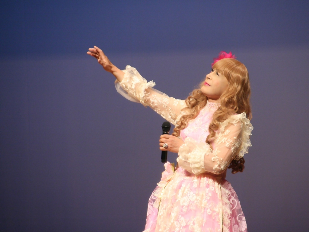 ピンククラシックドレス舞台横写真(4)