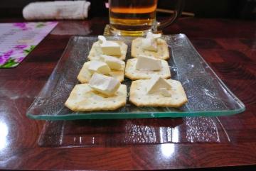 チーズクラッカーで生ビール