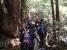 再びシャクナゲ咲く森を登る