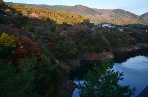 龍姫湖の石碑のある駐車場から見た紅葉