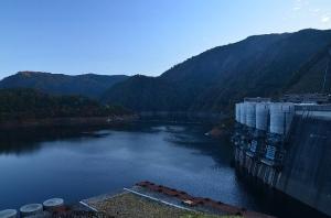 近くから見た温井ダム