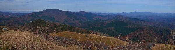 頂上からの眺望(臥龍山と、その東側方面)