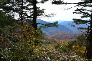 西側登山道から見える紅葉した山なみ