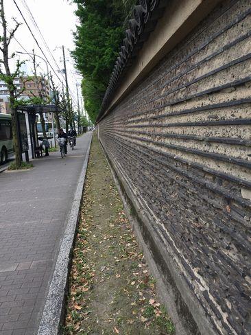 渉成園の土塀_H29.04.26撮影