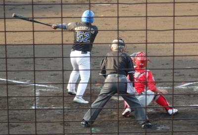 P5151075田舎屋2回裏1死三塁から6番が左飛、三走タッチアップで飛び出すも途中で引き返す トウヤ左翼手が伊庭らしい本塁返球
