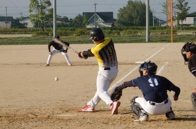 P5181388 同回1死二、三塁から7番中村が右翼線2点二塁打を放つ