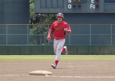 P5211610佐川急便1回表先頭打者が左越えの先制本塁打を放つ