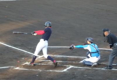 P5271953 1回裏熊本市教祖無死二塁から2番が左越え二塁打を放ち1対1の同点