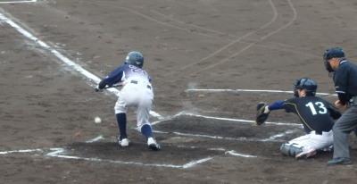 P6012329県庁紳士2回表 四球の走者を一、二塁に置き、7番が送りバント、二、三塁にする