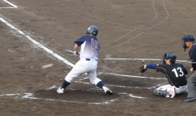 P6012339県庁紳士二回表2死二、三塁から9番の内野安打、あるいはエラーともとれる遊ゴロで三走生還、1点先制