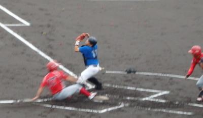 P60827283番の右前打で二塁から2点目のホームイン