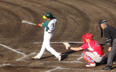 P6092899花園クラブ4回表2死満塁から6番が左中間2点二塁打を放つ