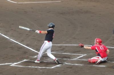 P6102967上村内科 1回裏2死一、二塁から4番が左中間2点二塁打を放ち2対2の同点