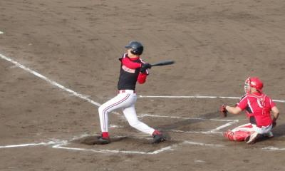 P6103009 上村4回裏無死一、二塁から5番は三ゴロ、三塁手が二塁へ悪送球、その間ホームイン