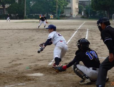 P612309055江津球友同回2死一、二塁から2番がセーフティスクイズ、二走が一気に生還、打者走者も二塁へ 4対1とリード
