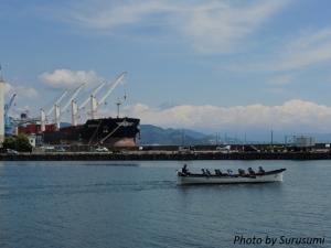 コンテナ船と富士山とレガッタ