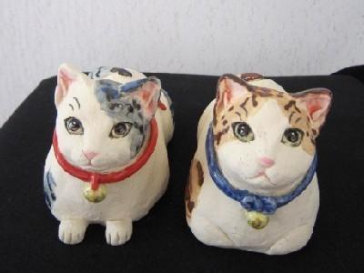 香箱座りと見つめる猫陶器-すず音窯.