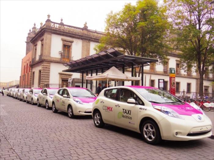 メキシコシティのピンクバスとタクシー (6)