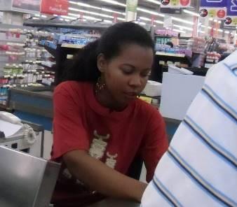 マダガスカルのスーパーの女性1